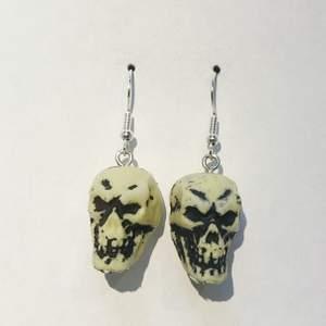 Örhängen-Döskallar i plast, perfekta till halloween, Ca 3x2cm❗️Fri Frakt❗️🔔Vänligen meddela bara om du har funderingar eller om du har bestämt dig för att köpa🔔