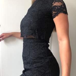 Svart nyinköpt klänning från bymalina. Nypris är 3999. Passar perfekt på s/m. Aldrig använd då den är för stor för mig