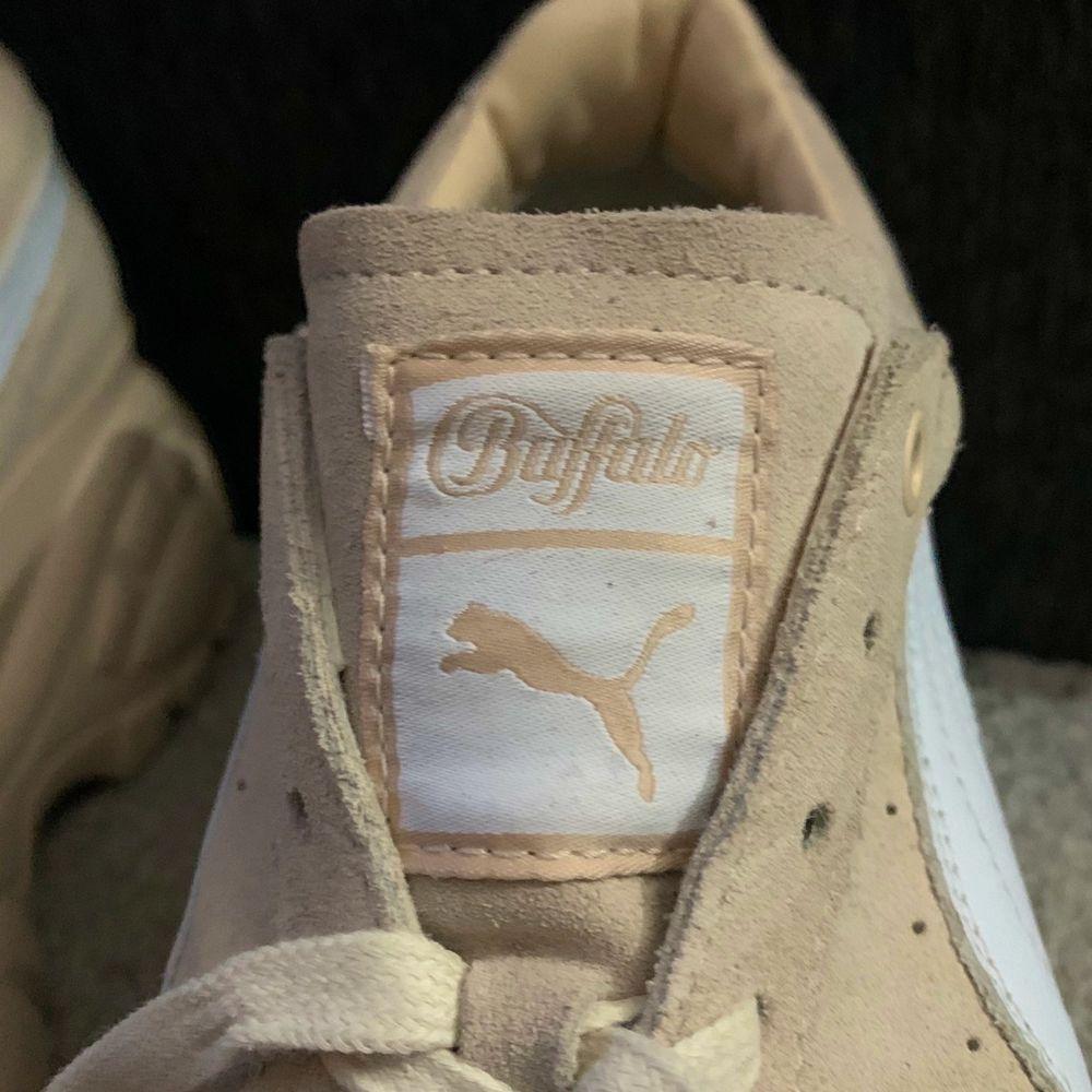 Slutsålda Puma X Buffalo – Krämfärgade mockasneakers med platåsula. Köpta för 1 563kr använda 2/3 gånger. . Skor.