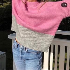 säljer denna mysiga tröjan på bilden! supermysig nu till vintern. storlek m. säljer för den ej har kommit till användning 250kr 🤍(int min bild)