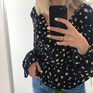 säljer denna söta blusen på bilden storlek 34. säljer pga eftersom den var för liten för mig. 95 kr 🤍(inte min bild)