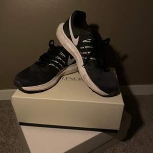 Svarta outdoor Nike sneakers i storlek 39. Användt men bra skick.