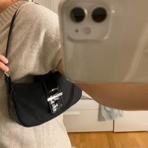 Säljer min snygga väska från asos då jag har alldelles för många väskor❤️frakt tillkommer på 59 kr. Helt i nyskick, inga skråmor alls!