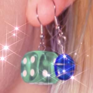 hej! jag gör örhängen och säljer på instagram, kika gärna på vad jag har att erbjuda! @jewelryisawesome