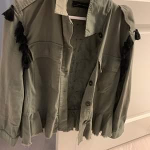 Säljer min coola jacka från Zara den är använd men ändå i fint skick