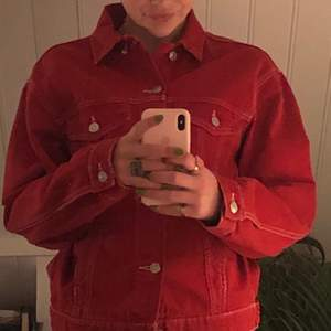 Superfin jeansjacka i röd från Zara. Skicket är superbra. Något varmare än en vanlig jeansjacka, har fickor. Skickar mot porto✨✨
