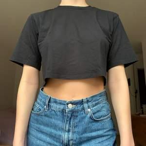 Svart croppad t-shirt från Monki, använt men fint skick! +44kr frakt
