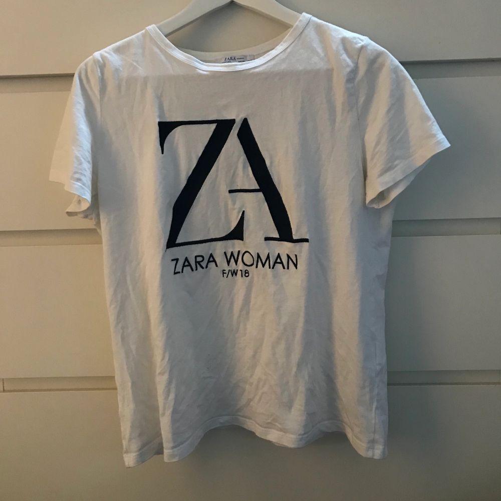 Fin T-shirt från zara med coolt stilrent tryck! Storlek L men skulle säga att den passar xs-m!. T-shirts.