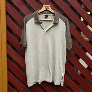 Jättefin vintage T-shirt med krage från Hugo Boss i beige och brun, så fint nu till hösten! Lite tunnare och skönt material. Sitter snyggt oversize på mig som passar i S.