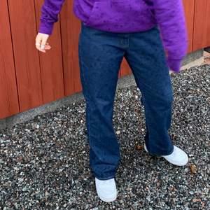 Mörk blåa jeans köpt secondhand. Jag är 163 och de sitter ganska bra i längden, lite stora i midjan men inget ett skärp inte löser. Det beror också på hur man vill att dem ska sitta, utan skärp: mer lösa nere vid fötterna, med skärp så blir dom mer raka. BUDA nedan😁 Bud just nu: 150kr