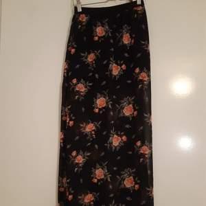 Svart kort kjol med lång