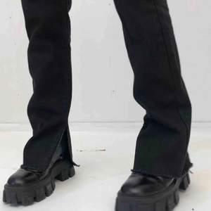 Säljer mina nakd jeans med slits! 🧚🏼 De är storlek 36 och har både i svart och vitt! Är 169cm lång och passar mig utmärkt i längd (se bild) 💕✨ sjukt fina och är knappt använda! (Finns ett litet hål i de svarta, dm för bild!)