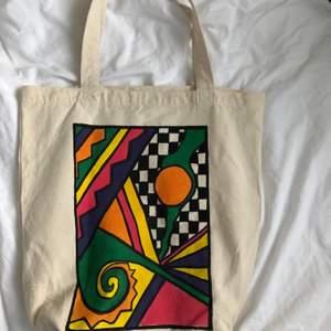 handmålad tygkasse, (målad med textilfärg) säljer kassar tillsamms med min klass och alla pengar går till välgörenhet. frakten tillkommer på 45 kr ✌🏻😄