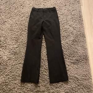 Raka kostymbyxor från BIK BOK. Använda fåtal gånger, skick 8/10.