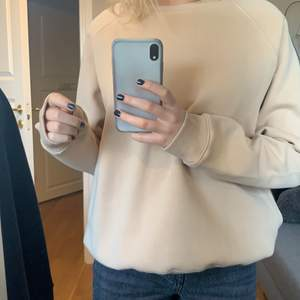 säljer denna tröja i fin beige färg💕storlek M