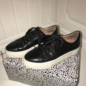 Svarta sneakers i bra skick från K.Cobler i storlek 38, använda fåtal gånger. Köpta för 999kr (bild från hemsidan på sista sliden) men säljer för 499kr+frakt🖤 vid intresse lägg ett bud:)