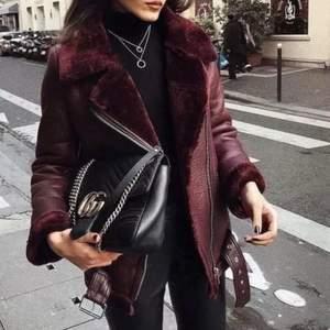 Säljer den populära jackan från Zara fast i rött!! Supersnygg och jättevarm! Möts helst upp i Göteborg då den är jobbig att frakta. Nypris 1195 kr. Egna bilder kan fås!