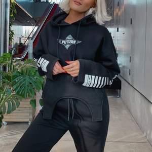 Designad av Lisa Ankarman x Madlady. Svin snygg hoodie enkel och smidig att stoppa in i byxor eller knyta🤩🤩 bud från 250kr