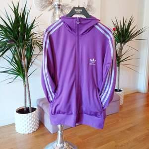 Fin lila färg med ljusgrå lila detaljer och ett stort Adidas märke bak, helt fri från fläckar hål eller revor 👌 storlek L, men passar även M. Finns i Västerås 🌸🌸🌸