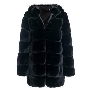 Säljer min jätte mysiga Dennis maglic faux fur jacket då den aldrig har kommit till användning.   Aldrig använd, storlek M men passar mig som är en storlek S.  Dm för fler bilder! 🥰 Säljer för 990kr.                      Nypris 1599kr