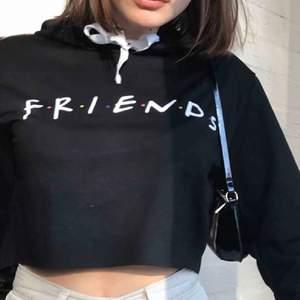 Säljer denna svarta FRIENDS hoodien 🤍ALDRIG använd, endast testad! Väldigt fint skick. Möts upp i Uppsala eller fraktar mot fraktkostnad 🤍bildkvaliteten blir dålig här på plick tyvärr men kom privat för fler bilder eller om du har frågor🤍