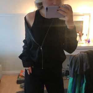 Säljer denna tunna silkes jacka ifrån Gina tricot, används inte längre. Köparen står för frakt!🥰
