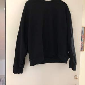 (Ser missvisande ut på bild) en vanlig svart sweatshirt från weekday. Bra skcik. Kan vara oversized ifall man har mindre storlek än L. Frakt tillkommer