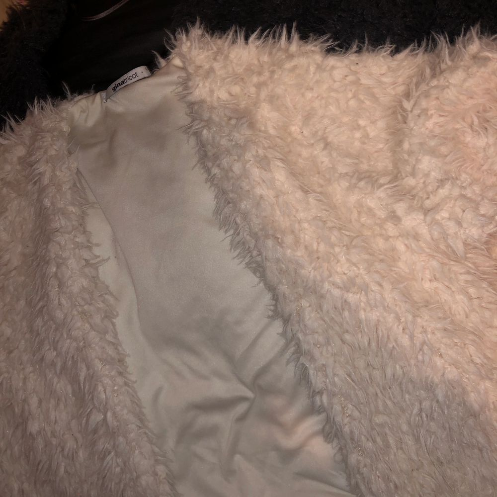 Två fluffig a tröjor för 25kr var från gina tricot storlek L . Jackor.