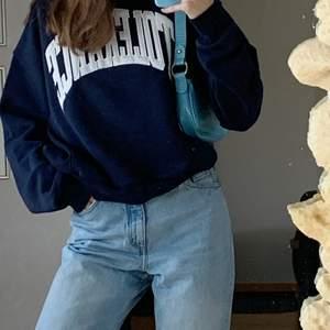 Säljer dessa omtyckta jeans från Monki. Modellen heter Taiki och säljes då dem är något stora i midjan och korta på längden (är 1.75cm lång). Super bekväma och enkla jeans som passa till det mesta, frakt på 63kr tillkommer🌻🌻
