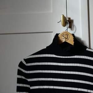 Skitsnygg polo tröja från zara, som tyvärr aldrig har kommit till andvändning pga har en liknande. Frakt tillkommer på 44 kr💕💕