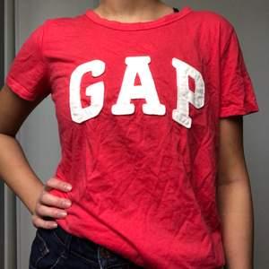 Mjuk och snygg t-shirt från Gap i en korallrosa färg. Säljer pga används inte så mycket!