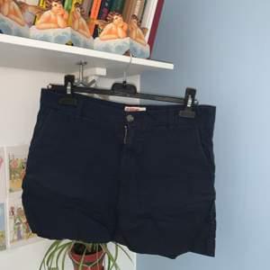 Marinblåa lågmidjade shorts i khaki(chinos)tyg från Dobber. God kvalitet. Skriv för fler bilder. Möts upp i Falun eller skickar om du betalar frakten✌🏻