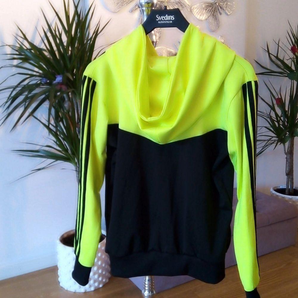 Ovanlig tröja med luva från Adidas, står storlek S men passar även M 👌 finns i Västerås 🌸🌸🌸. Huvtröjor & Träningströjor.