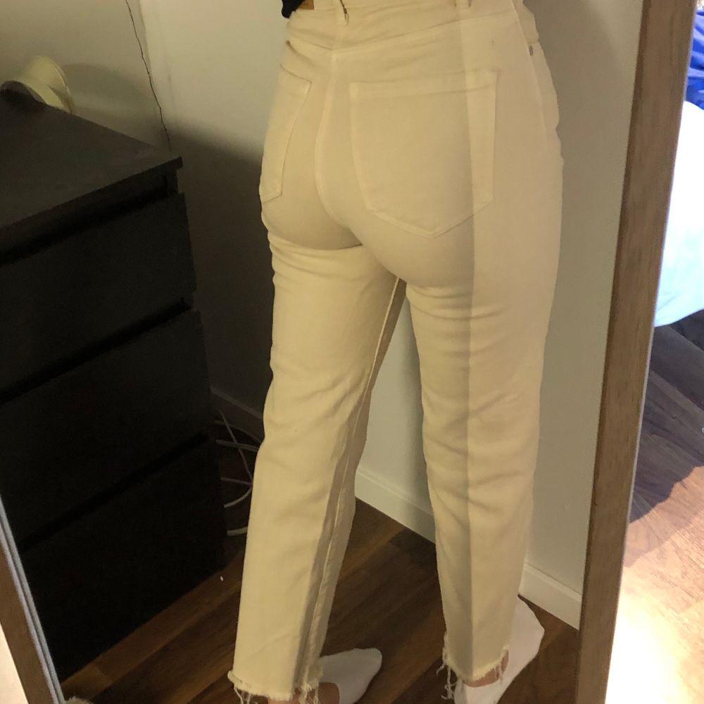 Jättesnygga jeans från Stradivarius! Säljer pga att de inte kommer till användning tyvärr. Jag på bilden är 160 cm. Möts upp i Göteborg, annars står köpare för frakten🤍. Jeans & Byxor.