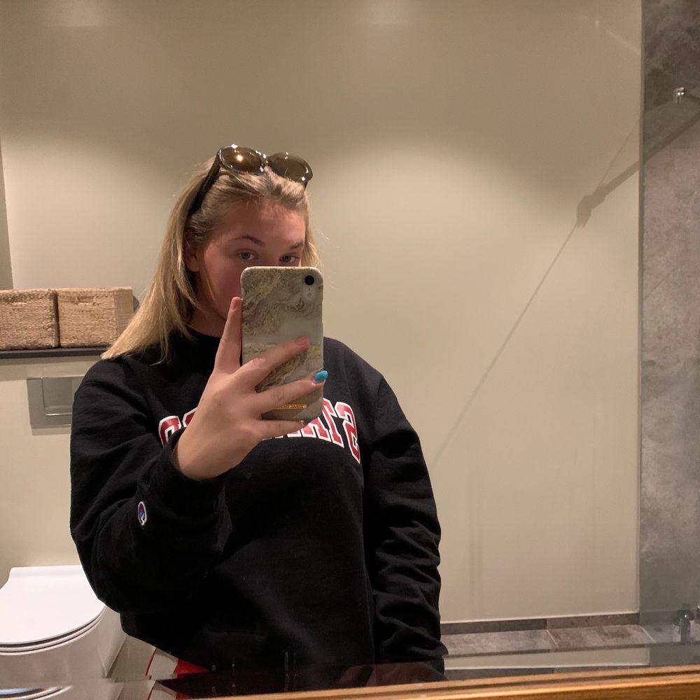 Ett par Celine solglasögon. Aldrig använda, säljer pga fick i present men kommer inte till användning. Fick de i en Prada box från affären när solglasögonen köptes.  Köparen stor för frakt 63kr. NYPRIS 3500kr💕💕 BUDA!!!!💖💖🥂 kan gå ner i pris vid snabb affär.. Accessoarer.