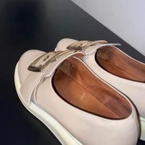 Jeffrey campbell skor som är använda få gånger och har mindre skador på sig.