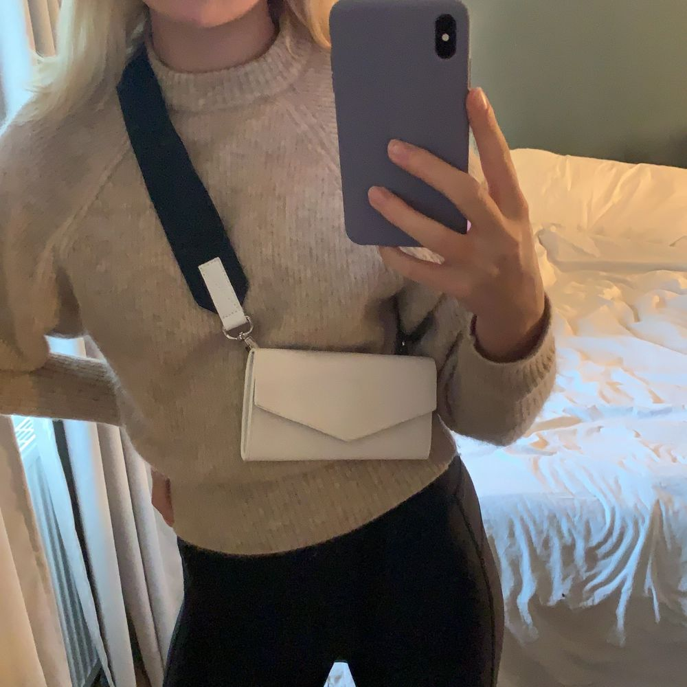 super cool väska från sandqvist! kan användas både som crossover och sättas på skärpet o användas som midjeväska🤩. Väskor.
