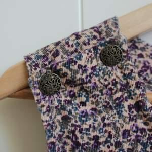 En blommig manchesterklänning! Jättemysig och fin med ett par strumpbyxor nu till höst/vinter ❤