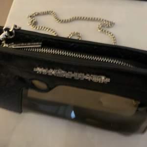 Veganskt läder pistolformad clutchväska i nyskick • Avtagbar silverkedja (axelremsväska om man vill) • Höjd 16cm | Bredd 26cm  | Djup- 3cm
