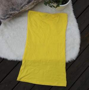 Supersomrig fin gul bandeau klänning i storlek xs. Använd en gång. Frakt ingår i priset.