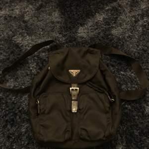 Säljer nu en original ryggsäck från PRADA. Silvriga detaljer i metall märkta