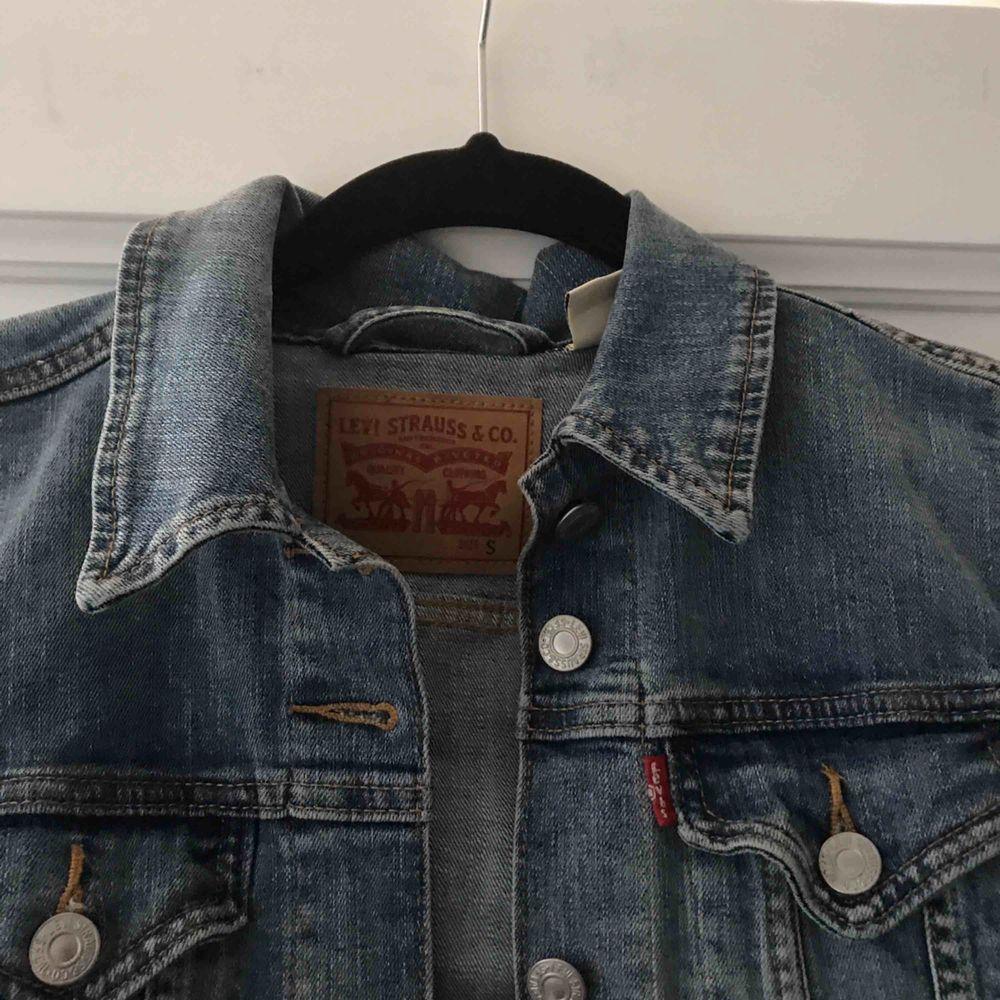 Snygg jeansjacka från levis😍😍 frakt tillkommer!. Jackor.