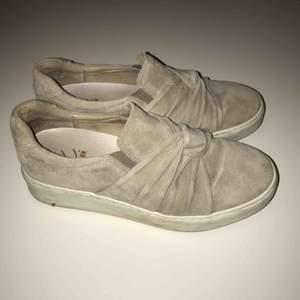 Snygga skor i mocka från K.Cobler, endast använda ett fåtal gånger. Frakt tillkommer, kan även mötas upp i Stockholm.
