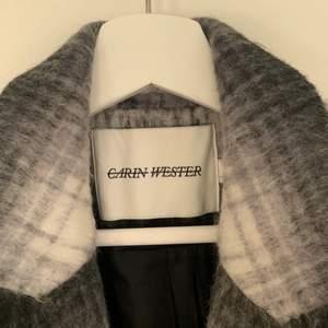 Kappa från Carin Wester som är både varm och snygg! Nypris är 1300kr så detta är ett riktigt kap! Är dessutom slutsåld i butik. Köpare står för frakt.