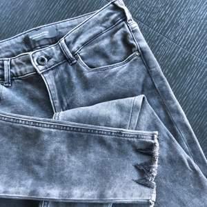 Jag säljer nu mina jeans från Scotch & soda då dem blivit för små för mig. De är gråa med lite slitningar och fransar längst ner (se bild 1). Dem sitter väldigt bra runt ben och rumpa samt framhäver benen på ett fint sätt. Ord.pris ca 1200kr