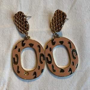 Säljer tre par olika örhängen! Första paret säljs för 50kr, och de två sista för 20kr/styck! 🌸💕🦋
