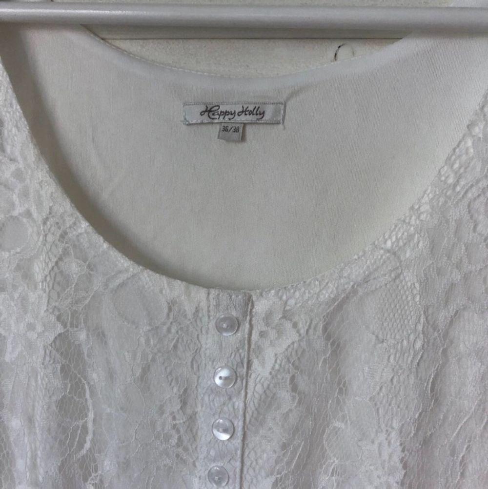 Gullig vit klänning i spets från Happy Holly. Väldigt fint skick då den endast använts en gång! Köparen står för frakten.. Klänningar.