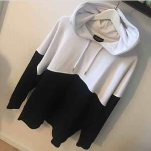 Jättesnygg svartvit hoodie från Monki💘💘💘
