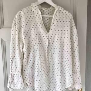 Superfin oversized skjorta/blus med fin krage & knytning i ärmarna! Den är i storlek XS med passar en S/M också beroende på hur oversized man vill ha den!🤍🤍 köparen står för frakt!