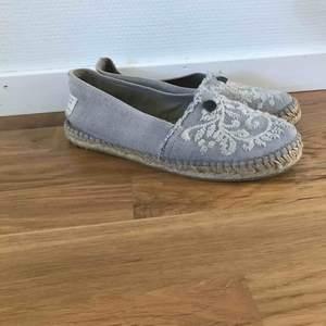 Ett par fina skor från Odd Molly. Skorna är i tyg och töjer sig efter foten. Det ända som syns utanpå skon är att dem har gått sönder lite där bak på högra skon samt att dem är lite smutsiga på den vita lappen bak på skorna. Bud från 200kr